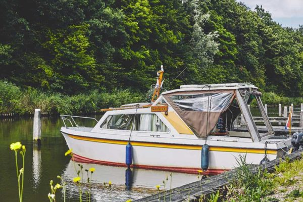 camping in de natuur-aan het water-aanlegplaatsen voor de boot-het bos roept
